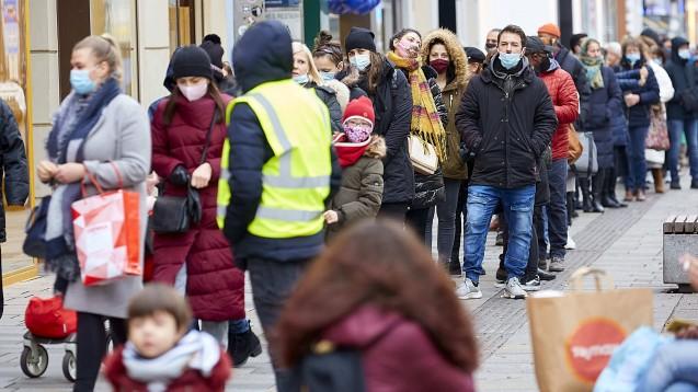 Anspruchsberechtigte können ihre Schutzmasken auch online vorbestellen, und sind damit weniger dem Risiko von Menschenansammlungen ausgesetzt. (m / Foto: imago images / photonews.at)