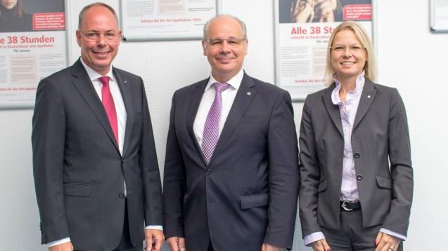 Noweda-Chef Dr. Michael P. Kuck, CDU-Politiker Dr. Georg Kippels und Jana Ehmer (Niederlassungsleiterin Noweda Frechen) sprachen bein einem Besuch des Politikers über Qualitätsanforderungen im Versandhandel. (s / Foto: Noweda)