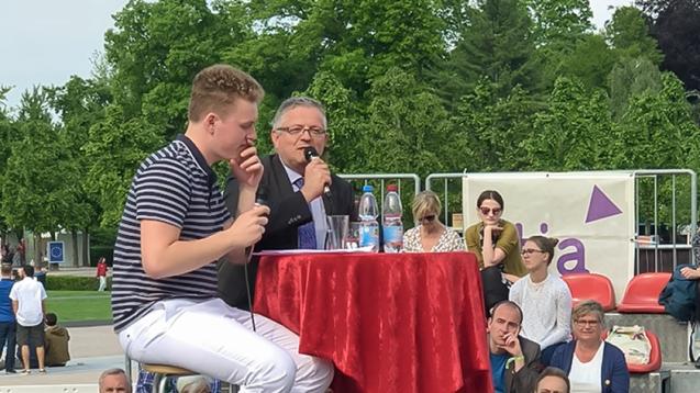 Pharmaziestudent Benedikt Bühler (li.) und der Verfassungsrichter Peter M. Huber haben sich beim Karlsruher Verfassungsfest über die rechtliche Machbarkeit eines Rx-Versandverbotes unterhalten. (b / Foto: privat)