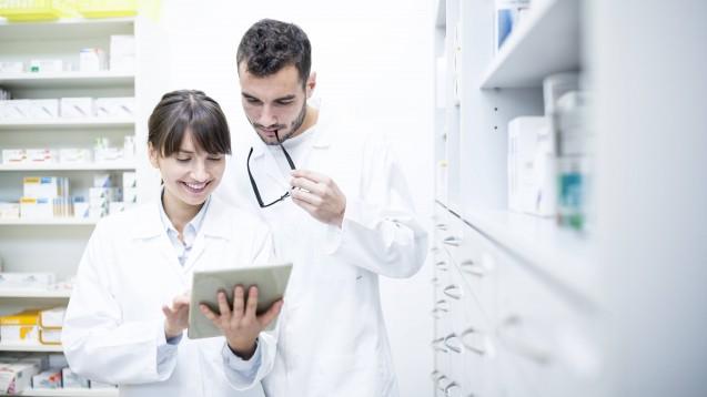 Viele Utensilien benötigt man nicht, um Patienten auch telepharmazeutisch beraten zu können. Alles, was wichtig ist, erfahren Sie im AWA – Aktueller Wirtschaftsdienst für Apotheker. (Foto: imago images / Westend61)