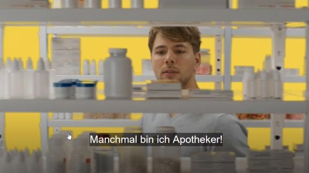 In einem PR-Video der Bundesregierung zur neuen Pflegeausbildung gibt es einen bedenklichen Querverweis auf den Apothekerberuf. (b/Foto/Screenshot: Bundesregierung /DAZ.online)