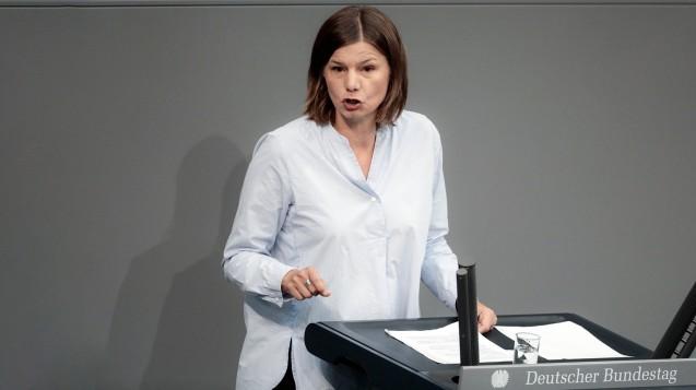 Manuela Rottman, Grünen-Bundestagsabgeordnete aus Bayern, wirft Jens Spahn bei seinen Plänen zum Apothekenmarkt Konzeptlosigkeit vor. Allerdings will auch sie kein Rx-Versandverbot und die Aufhebung der Rx-Preisbindung. (j / Foto: Imago)