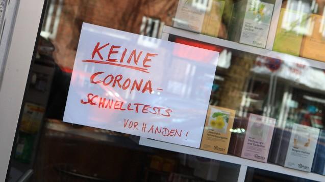 Trotz der zahlreichen bürokratischen Belastungen schulterten die Apotheken in der Pandemie vielfältige zusätzliche Aufgaben. (c / Foto: IMAGO / Hanno Bode)