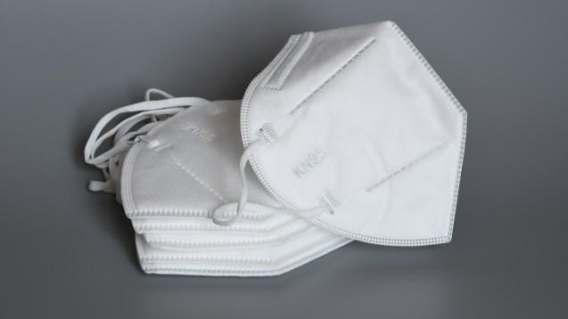 Jeder Patient muss den Eigenanteil von zwei Euro zu sechs Masken leisten, egal ob er von der Zuzahlung ansonsten befreit ist oder Privatpatient. (m / Foto:Dan74 / stock.adobe.com)