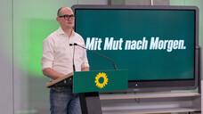 Der Notfallarzt Janosch Dahmen –hier im April 2021 beim Landesparteitag in Düsseldorf – ist bei den Grünen für die Apothekenthemen zuständig. (Foto: IMAGO / Revierfoto)