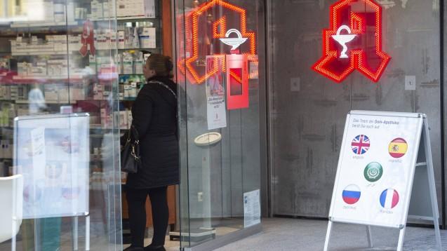 In vielen Regionen Deutschlands haben sich Bürgerinitiativen gegründet, um alten und schwachen Menschen zu helfen, beispielsweise bei Apothekeneinkäufen. (t/Foto: imago images / Simon)
