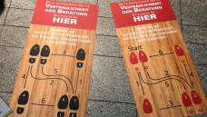 In der Apotheke von Jens Krautscheid in Dorfen kann man die Wartezeit nutzen, um die Walzerkenntnisse aufzufrischen.( r / Foto: privat)