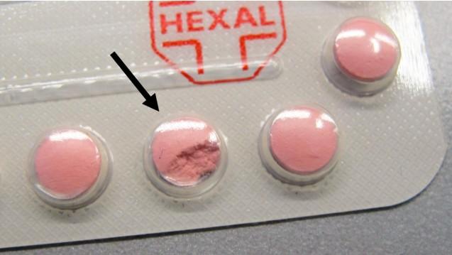 Eine fehlerhafte Filmtablette von Mona Hexal® 2 mg/0,03 mg, 6x21 Filmtabletten mit der Charge GX1830. (Foto: AMK)
