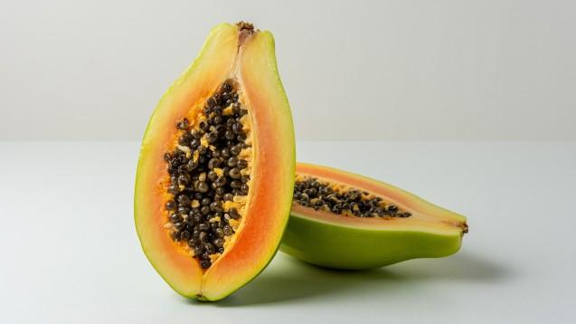 Papayas enthalten – hauptsächlich in Schalen und Kernen – das Enzym Papain, das der Pflanze zur Abwehr von Schädlingen dient. Papain wirkt eiweißspaltend. (Foto: Paopano / stock.adobe.com)