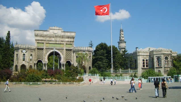 Eingang Universität Istanbul: Wann sind die Tore wieder offen? (Foto:Danbury / Wikipedia,CC BY-SA 3.0)