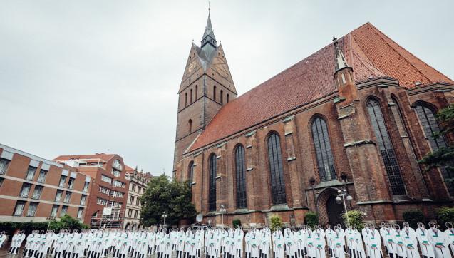 Mit 180 Pappfiguren und einer symbolischen Stellenanzeige protestierten  Kliniken gegen Änderungen des Niedersächsischen Krankenhausgesetzes.  (Foto: Niedersächsische Krankenhausgesellschaft)