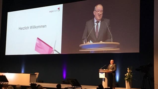 Danke an Gröhe! DAV-Chef Fritz Becker dankt dem Bundesgesundheitsminister für das Arzneimittel-Versorgungsstärkungsgesetz (AM-VSG). (Foto: DAZ.online)