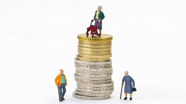 Durch die demografische Entwicklung und höhere Pro-Kopf-Ausgaben droht der GKV bis 2040 laut IGES-Institut ein Defizit von 50 Milliarden Euro. Steigen die Beitragssätze für die Versicherten? (m / Foto: imago images / CHROMORANGE)