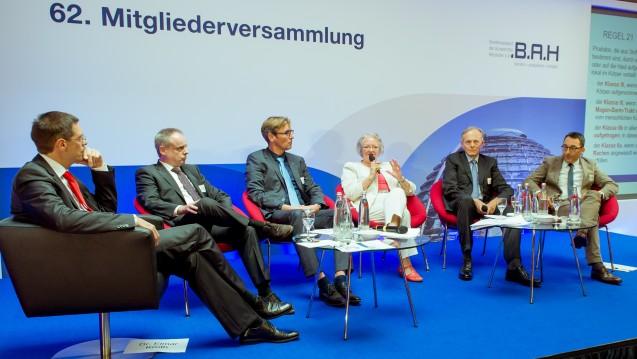 Elmar Kroth (BAH), Jörg Wilke (ecm-Zertifizierungsgesellschaft für Medizinprodukte in Europa mbH), Guido Middeler (Diapharm), Gesine Meißner (MdEP), Hubertus Cranz (AESGP) und William Shang (Johnson & Johnson) diskutierten die kommenden Neuerungen Medizinprodukterecht. (Foto: BAH/ Pietschmann)