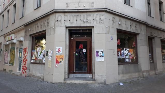 Das Apothekensterben macht auch vor Großstädten nicht halt. Die Räume der ehemaligen Falken-Apotheke in Berlin-Kreuzberg stehen seit Monaten leer. (b/Foto: Sket)