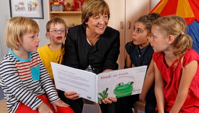 Aktiv für Integration: Die Lebenshilfe-Bundesvorsitzende Ulla Schmidt liest Berliner Grundschülern mit und ohne Behinderung aus einem Kinderbuch vor.