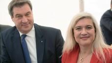 Bayerns Ministerpräsident Markus Söder setzt bei der Kabinettsbildung offenbar auf Kontinuität: Laut dpa darf die amtierende Gesundheitsministerin Melanie Huml auf ihrem Posten bleiben. ( r / Foto. Imago)