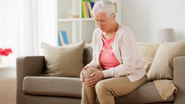 Wer an Arthrose im Knie leidet, erhofft sich oft eine Linderung durch Nahrungsergänzungsmittel. ( r / Foto:Syda Productions / stock.adobe.com)