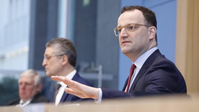 Von links nach rechts: NRW-Gesundheitsminister Laumann, RKI-Chef Wieler und Bundesgesundheitsminister Spahn bei einer Pressekonferenz in Berlin. (Foto: IMAGO / Metodi Popow)