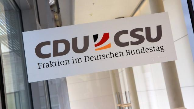 In der Unionsfraktion erhöht sich der Druck auf Bundesgesundheitsminister Jens Spahn (CDU) wegen des Rx-Versandverbots. Die CDU-Abgeordnete Dr. Astrid Mannes hat sich eine Aussprache zu dem Thema gewünscht. (b/Foto: Imago)