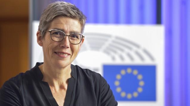 Die EU-Abgeordnete Jutta Paulus (Grüne) sitzt seit einigen Wochen im EU-Parlament. Im DAZ.online-Interview spricht die Apothekerin über den Versandhandelskonflikt, Lieferengpässe und darüber, warum aus ihrer Sicht die Europäischen Verträge geändert werden sollten. (s / Foto: Paulus)