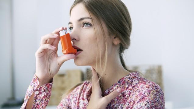 Im Sinne von SMART (Single Inhaler Maintenance And Reliever Therapy) kann das Dauermedikament mit Glucocorticoid (z. B. Budesonid oder Beclometason) und Formoterol zusätzlich zur täglichen Gabe auch als Notfallspray herhalten. (Foto:RFBSIP / AdobeStock)