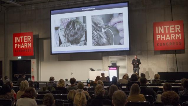 Auch die Haarentnahme gehört dazu: Der forensische Toxikologe Jörg Teske stellt auf seinem INTERPHARM-Festvortrag die spannenden Möglichkeiten chemischer Detektivarbeit vor. (Fotos: as / DAZ.online)