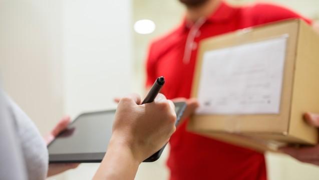 Arzneimittel vom Postboten: Das Recht zieht für die Abgabe von Medikamenten ohne persönlichen Kontakt zum pharmazeutischen Fachpersonal Grenzen. ( r / Foto: Syda Productions/ stock.adobe.com)
