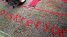 Wissen Patienten, dass sie in der Apotheke diskret beraten werden können? Eine Markierung am Boden weist sie darauf hin. (Foto: dpa)
