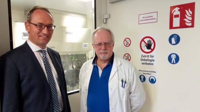 Der CSU-Landtagsabgeordnete Bernhard Seidenath (li.) und Dr. Franz Stadler vor dem Reinraum, in dem die Herstellung parenteraler Zubereitungen unter aseptischen Bedingungen erfolgt. (Foto: privat)