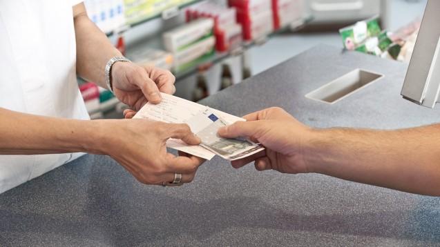 Ab 1. Juli 2015 kann es für gesetzlich Versicherte in der Apotheke teurer werden. (Foto: ABDA)