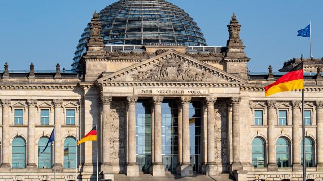 Es wird noch etwas dauern, ehe im Bundestag das Vor-Ort-Apotheken-Stärkungsgesetz besprochen wird. Erst soll die EU-Kommission ihre Meinung hierzu erklären. (m / Foto: chromorange / imago)