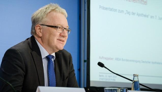 ABDA-Vize Mathias Arnold hat am Rande einer Pressekonferenz über juristische Unterstützung beim Thema Gleichpreisigkeit gefreut. (c / Foto: ABDA)