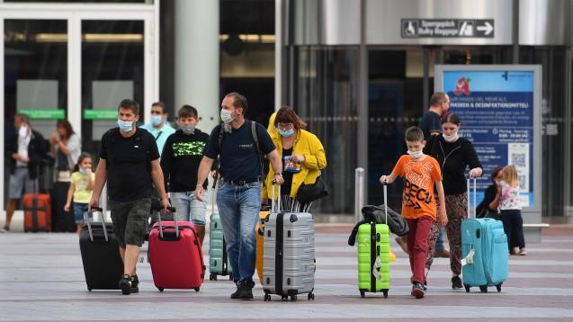Ab morgen hat jeder aus dem Ausland zurückkehrende Urlauber Anspruch auf einen Corona-Test. (Foto: imago images / Sven Simon)