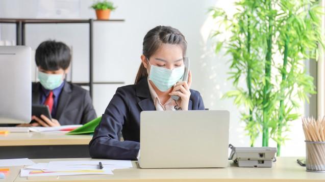 Ist das Tragen einer Mund-Nasen-Bedeckung oder eines Gesichtsvisiers beim Aufenthalt in geschlossenen Räumensinnvoll? Und wie sieht es mit Ventilatoren aus? (m / Foto:Akarawut / stock.adobe.com)