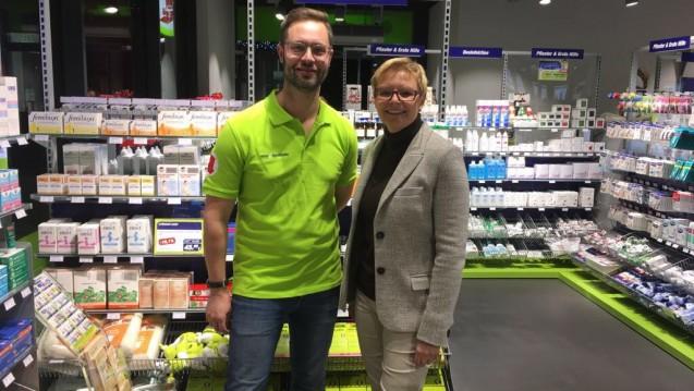 Apotheker Christian Machon in seiner easy-Apotheke im bayerischen Bad Kissingen mit SPD-Politikerin Sabine Dittmar. (Foto: easy Apotheke)