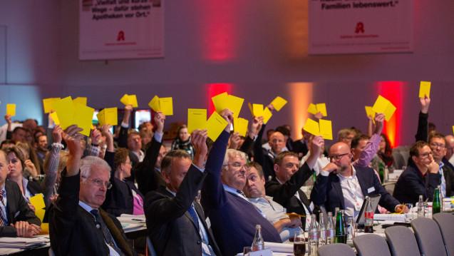 Mag Jens Spahn auch zögern: Die Hauptversammlung der Apotheker stimmte erneut einstimmig für das Rx-Versandverbot. (s / Foto: Schelbert)