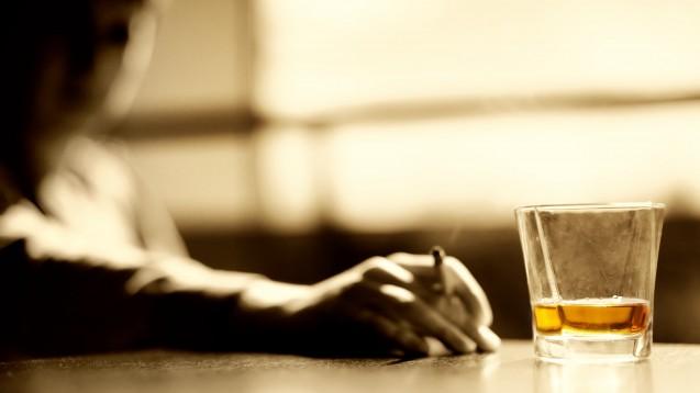 Expert:innen warnen: Es zeichne sich ab, dass unter den Kontaktbeschränkungen mehr Alkohol und Tabak konsumiert wird. (Foto: Nejron Photo / stock.adobe.com)