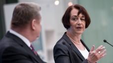 GKV-Chefin Pfeiffer befürchtet steigende Zusatzbeiträge (hier auf einer Podiumsdiskussion mit Gesundheitsminister Gröhe). (Foto: dpa)