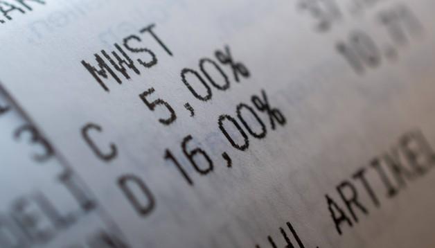 Juni: Mit einem Konjunkturpaket, das am 12. Juni auf einer außerordentlichen Kabinettssitzung beschlossen wurde, will die Bundesregierung die Corona-gebeutelte Wirtschaft entlasten. Darin enthalten und für politische Beobachter besonders überraschend ist die Senkung der Mehrwertsteuersätze im zweiten Halbjahr 2020 von 19 auf 16 Prozent und von 7 auf 5 Prozent. Die Ankündigung sorgte bei Apothekerinnen und Apothekern für Aufruhr. Hätten die neuen Preisdaten zum 1. Juli nicht rechtzeitig vorgelegen, wäre es zu einem Abrechnungschaos gekommen. Darüber hinaus sorgten die Umstellungen für viel Mühe. Ein weiteres Ärgernis: Der als Bruttobetrag festgelegte Kassen abschlag stieg netto um etwa 12 Millionen Euro, weil er im Gesetz nicht angepasst wurde. Für die Apotheken stellte sich außerdem die Frage, wie sie im Bereich der OTC-Arzneimittel und der Freiwahl mit den selbst kalkulierten Preisen umgehen. (Foto: imago images / Mario Hösel)