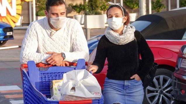 In Österreich werden solche Bilder bald Normalität werden. Ab Mittwoch müssen Supermärkte Masken verteilen. ( r / Foto: imago images / Nikita)