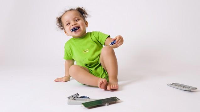 Im Vergleich zu Knopfbatterien eher harmlos: Stabbatterien oder Monozellen. Kinder lecken manchmal daran.An der Kontaktstelle könnten sehr selten Verätzungen auftreten. (Foto:DURIS Guillaume / stock.adobe.com)