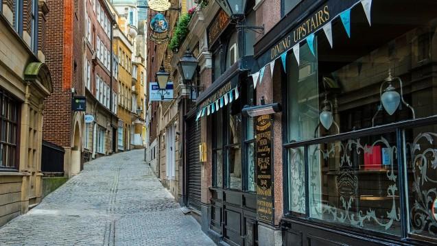 Shopping street ohne Apotheke? Einem englischen Medienbericht zufolge werden die Kürzungen am Apothekenhonorar in England insbesondere ländliche und Vorstadt-Regionen betreffen. (Foto: tpsdave/pixabay)