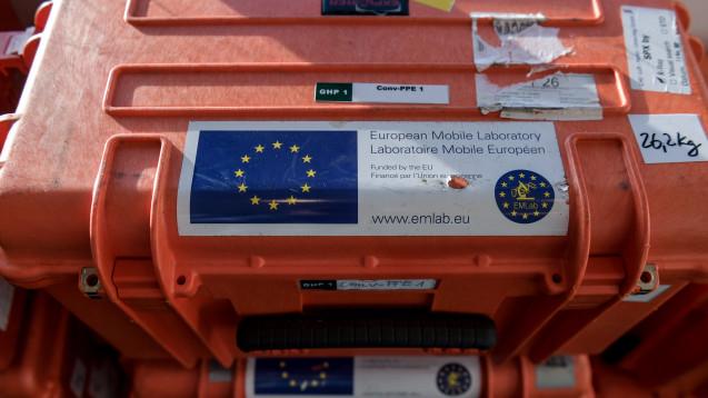 Die Transportkisten für eine Einheit des mobilen europäischen Labors  (EMLab) waren 2014 auch beim  Ebola-Ausbruch in Westafrika im Einsatz. (Foto: Axel Heimken/dpa)