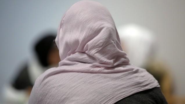 Kritik nicht zugelassen: Eine Apothekerin aus Nordrhein-Westfalen wehrt sich gegen Vorwürfe eines Kunden. Der Mann hatte sich an dem Kopftuch einer Mitarbeiterin gestört. (Foto: dpa)