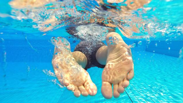 Häufigste Infektionsquelle für Fußpilz: Schwimmbäder. (Foto:Julian Stratenschulte / dpa)
