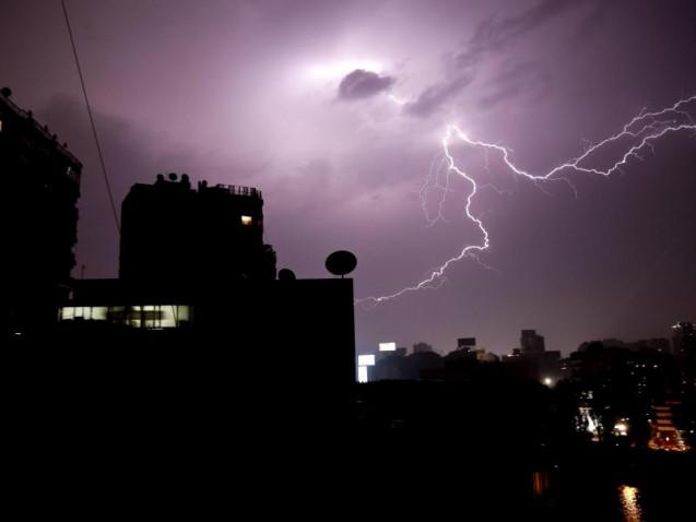 Ein Blitz erhellt im April während eines Gewitters den Nachthimmel über Kairo. Foto: Nariman El-Mofty