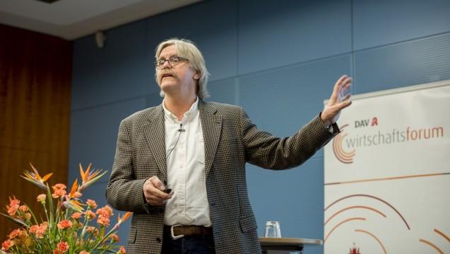 Placebo in der Apotheke: Hirnforscher Manfred Schedlowski stellte beim diesjährigen DAV-Wirtschaftsforum Fälle vor, bei denen der Placebo-Effekt in der Apotheke relevant werden kann. (Foto: Külker)