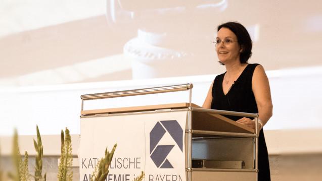 Apothekerin und Sprecherin des Institutsdirektoriums Cynthia Milz bei ihrer Festrede. (Foto: Agnes Weichel / WIPiG)
