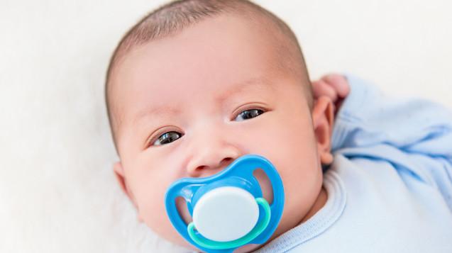 Eine Möglichkeit kindgerechter Applikation: Arzneimittelgabe für Babies über Schnuller. (Foto: kritchanut / Fotolia)